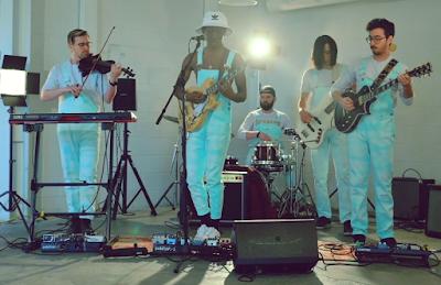 Tega, Gorges, Steven, Mitch e Cam  usando roupas brancas no clipe de Drowning