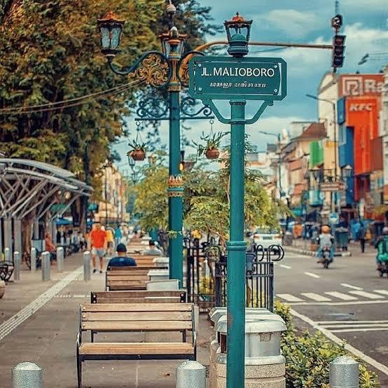 Malioboro adalah jalan paling terkenal di Yogyakarta. Terletak di jantung Yogya, ini adalah jalan utama kota, dan telah menjadi upacara bahwa Sultan menghabiskan jalannya ke dan dari istana