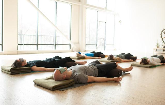 Tứ thế xác chết ( Bài tập yoga Savasana )