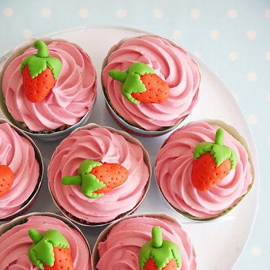Strawberry Cupcakes & DIY Fondant Strawberry Toppers