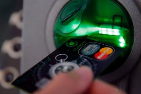 Lopott bankkártyával próbált pénzt felvenni Budapesten egy férfi, most keresi a rendőrség