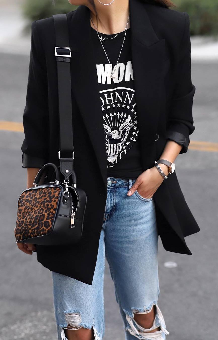 perfect fall outfit / printed tee + leopard crossbody bag + black blazer + jeans