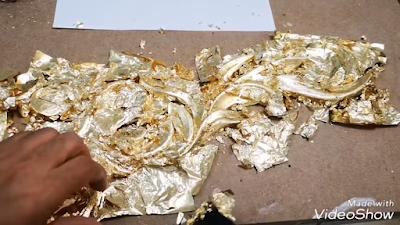 الكوي بواسطة فرشاة ناعمة على ورق الذهب لتطبيعه على الوحدة الخشبية