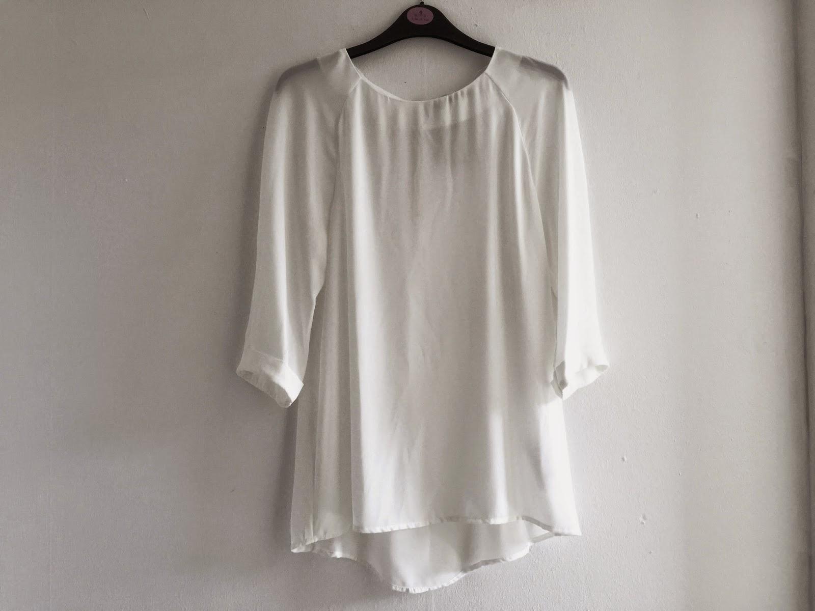 7f0671541ad67b Ik heb al zoveel verschillende witte blouses in mijn kast - maar toen zag  ik deze. En een witte blouse met een ronde hals had ik nog niet dus deze  kon er ...