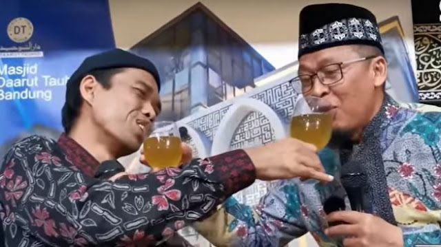Viral, Aksi UAS dan Aa Gym Saling Suap Minuman saat Tausiah