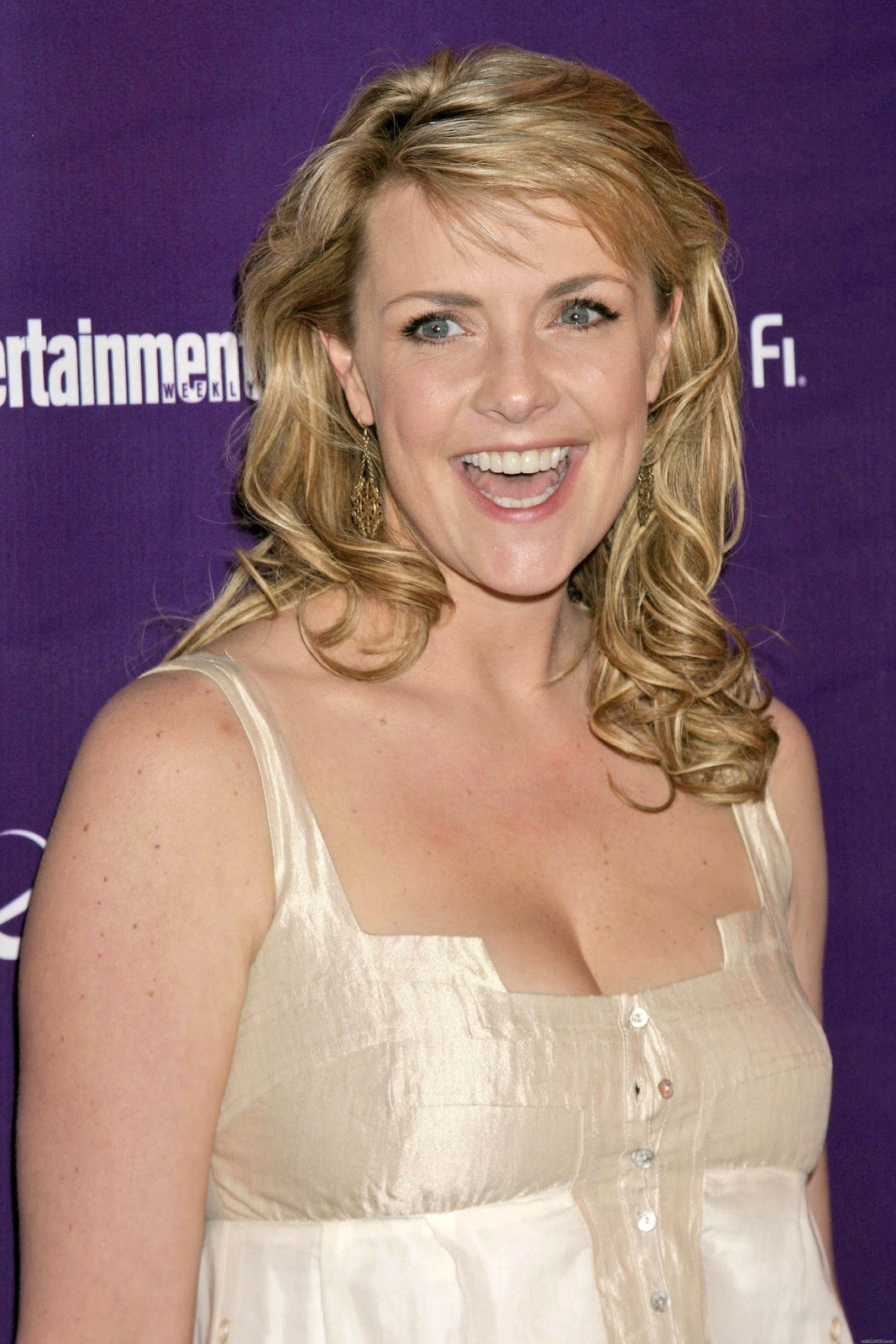 Amanda Tapping Hot hot pictures in tight short: amanda tapping cleavage