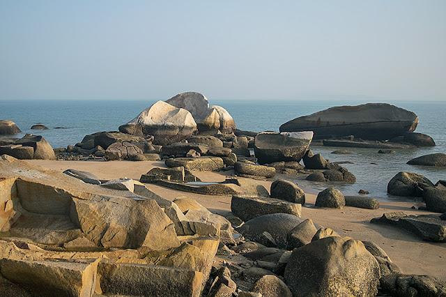 Rochers sculptés par les vagues sur la plage de Xiamen