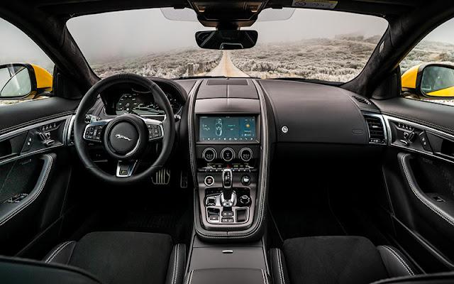 Thiết kế táp lô và vô lăng rất đặc trưng của thương hiệu Jaguar