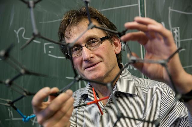 Một trong ba nhà khoa học đoạt giải Nobel Hóa học 2016, giáo sư hóa học hữu cơ Bernard L. Feringa hiện đang nghiên cứu tại Đại học Groningen, Hà Lan. Credit: Jeroen Van Kooten.