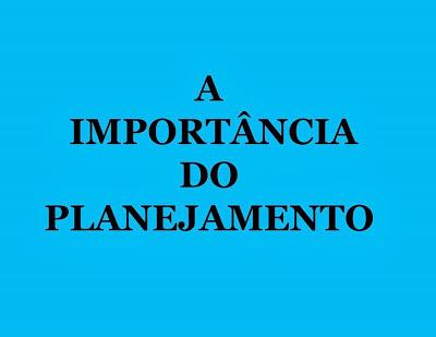 A imagem de fundo azul claro e letras nas cores pretas diz:a importância do planejamento.