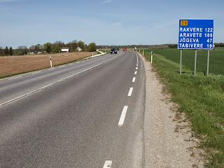 90555d3d7fc Vähemasti linnast väljas tee veidi laieneb, kuid kuni ametliku linnapiirini  ehk umbes pool kilomeetrit on asfalt hüpitav.