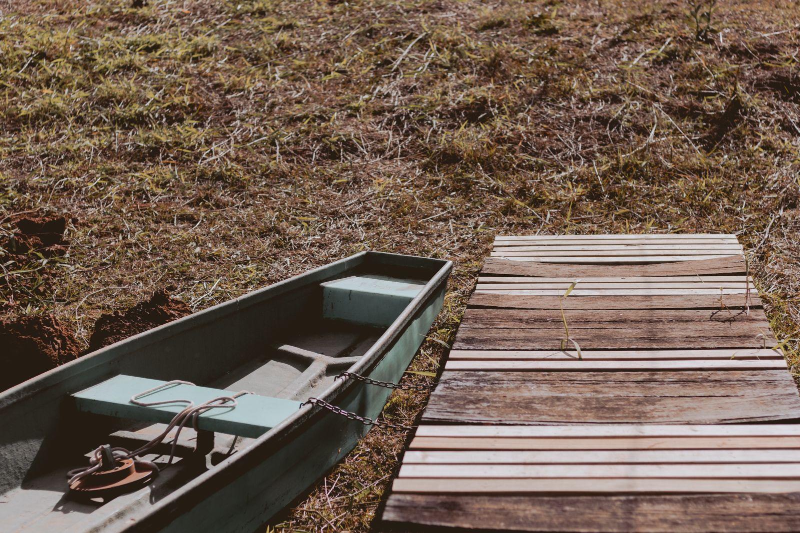 barco e palanque de madeira