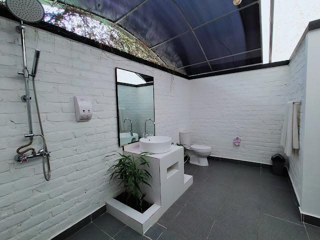 Kamar mandi tipe Glamping Tend