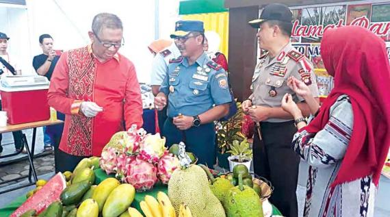 VISIT STAN: Governor of West Kalimantan, Sutarmidji during a visit to the West Kalimantan Food Crops and Horticulture (Distan TPH) booth, at the National STQ Culinary Exhibition located on the Courtyard of the Great Mujahidin Mosque in Pontianak. DISTAN TPH HUMAScaption