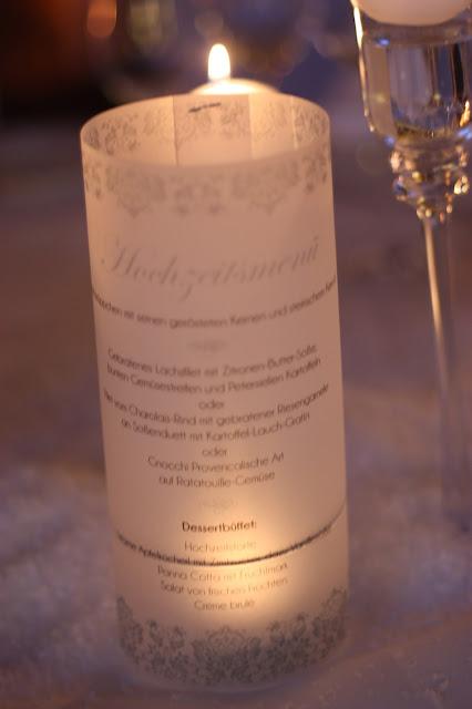 Beleuchtete Menükarten, Eisblau und Leuchtrot, Winterhochzeit in den Bergen von Bayern, Riessersee Hochzeitshotel Garmisch-Partenkirchen, Winter wedding in Bavaria, Germany