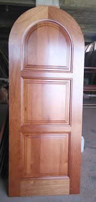 Puerta de madera para exteriores en Miraflores