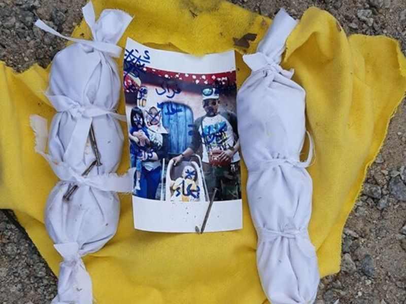 kain kuning berisi barang sihir dan gambar