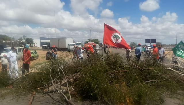 Na BR-423 em Delmiro Gouveia, manifestantes realizaram manifestações contra as reformas da previdência e trabalhista