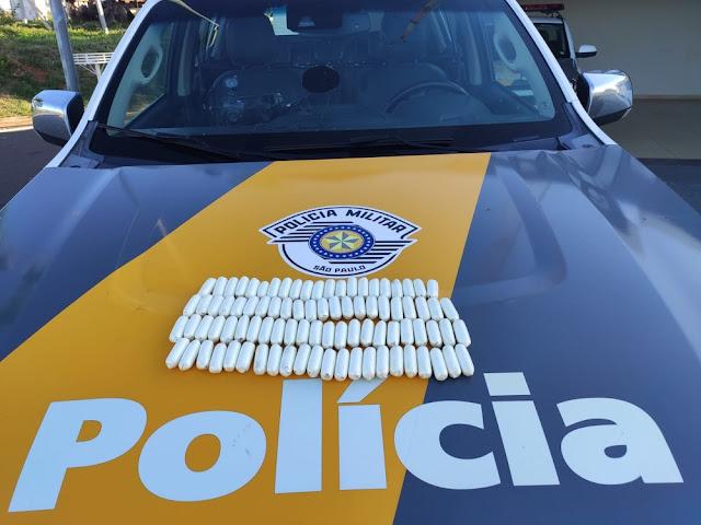 Fiscalização apreende cápsulas de cocaína escondidas em mochila de passageiro de ônibus na SP-270