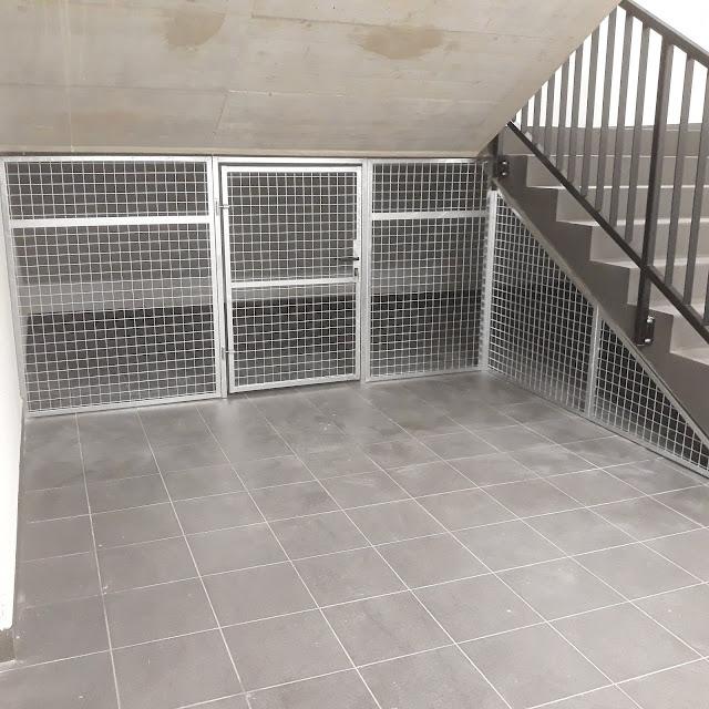 Zabudowa pod biegami klatek schodowych centrum handlowym w Zabrzu