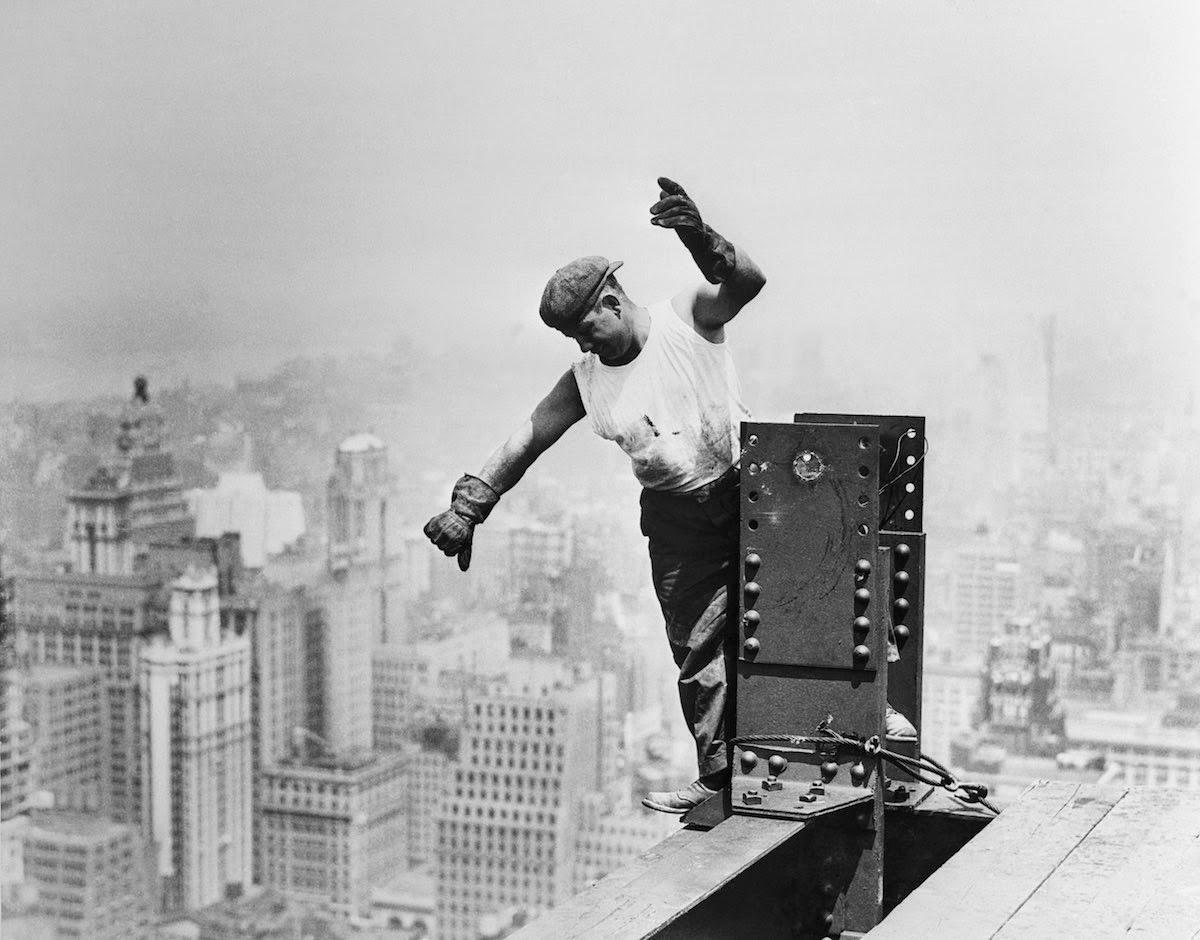 15 amazing vintage photographs that show the dangers of - Construction en rondins empiles ...