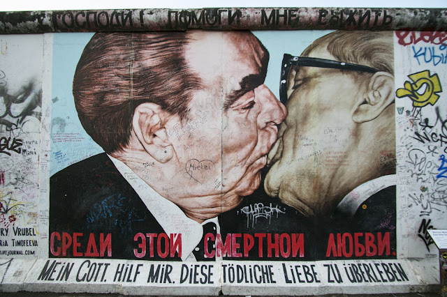 Murales del bacio all'East side gallery-Berlino
