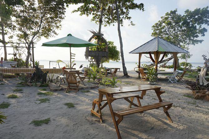 Tempat duduk di tepian pantai