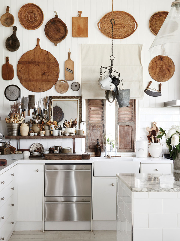 cocina blanca para casa de playa descorada con cestas chuicanddeco