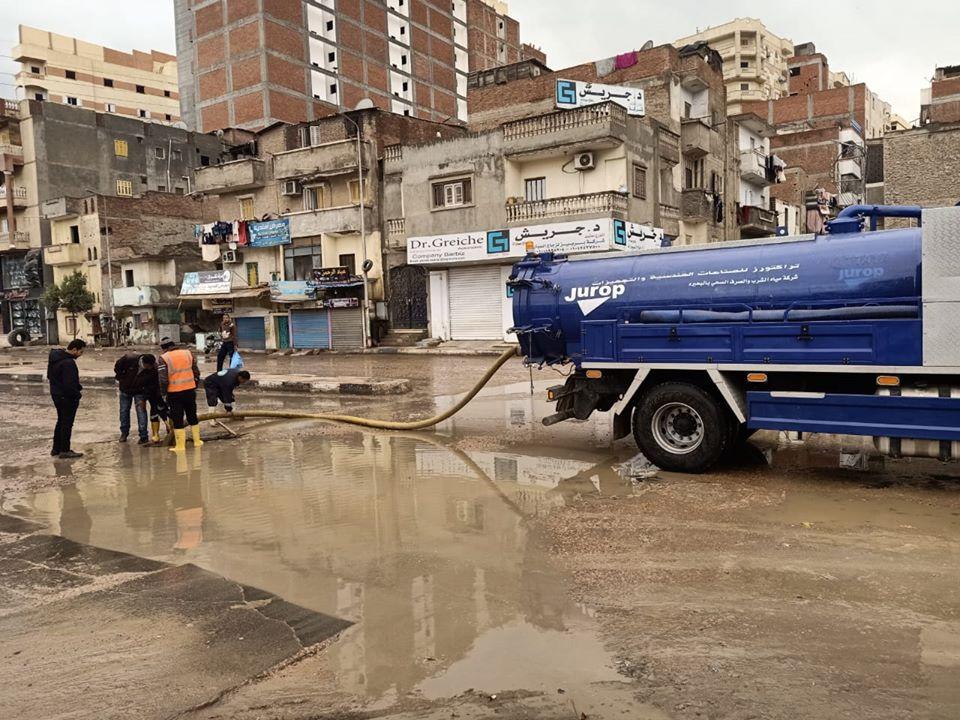 صور .. إستمرار أعمال كسح مياه الأمطار بمراكز ومدن  محافظة البحيرة