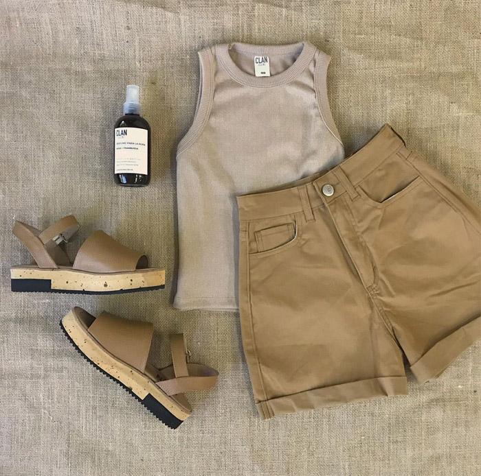 Musculosa y bermuda short color tierra. andalias bajas cómodas moda verano 2020.