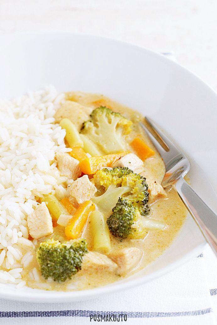 Kurczak z brokułem, marchewką i fasolką szparagową w kremowym sosie