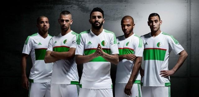 A camisa titular da seleção argelina para a temporada é predominantemente  branca e traz gola V na mesma cor. Detalhe verde é visto na região da  barriga em ... 86c23182da464