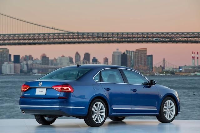 Rear 3/4 view of 2018 Volkswagen Passat V6 SEL Premium