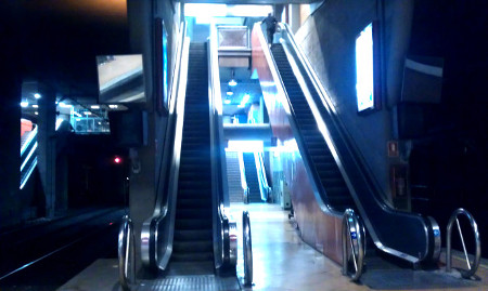 Escaleras mecánicas de acceso al vestíbulo de la estación de Atocha Cercanías Renfe desde el andén 1