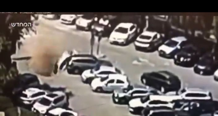 الإسفلت يبتلع السيارات أمام مستشفى في القدس... فيديو