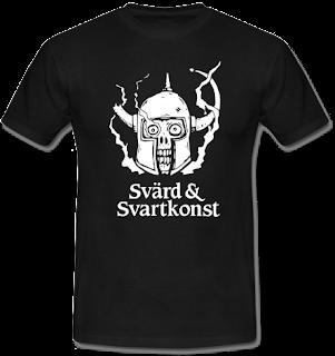 """Svart t-shirt med S&S logotyp (en rykande dödskalle i hjälm) och texten """"Svärd & Svartkonst"""" under."""
