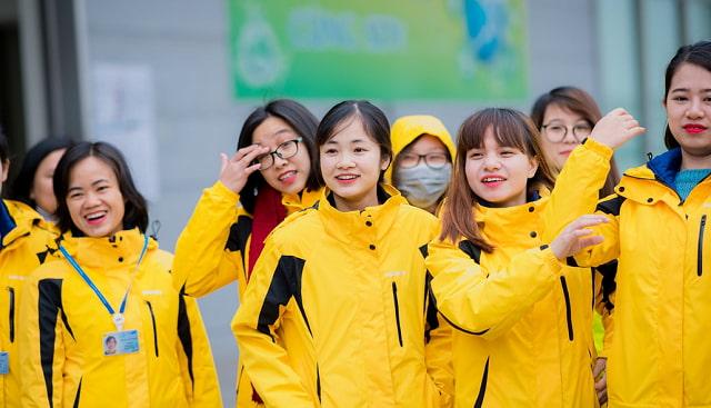 Áo khoác đồng phục đang dần trở thành một phần không thể thiếu tại nhiều trường học, công ty