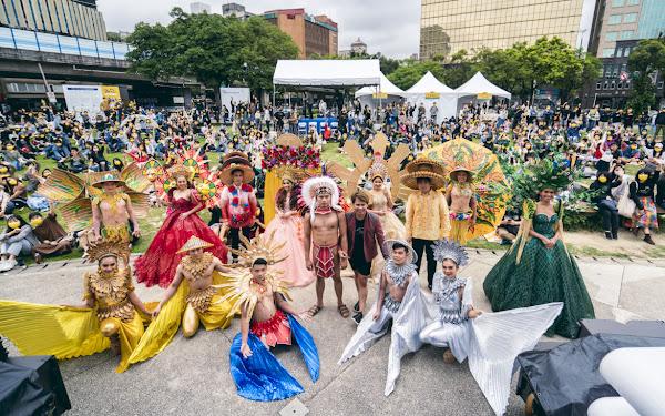 混(Mix)音樂節以東南亞文化時尚走秀驚喜開場,與台下多元族群背景的參加者共同合照。