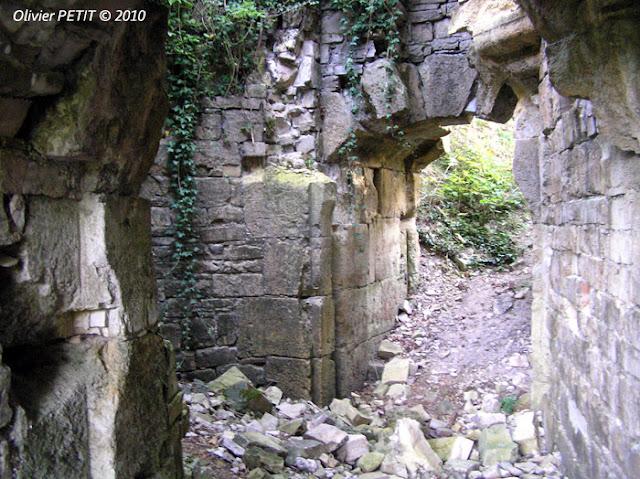 BAINVILLE-AUX-MIROIRS (54) - Le donjon du château comtal