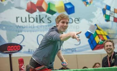 Pemain rubik yang mampu menyelesaikan hampir 6000 rubik dalam waktu satu hari