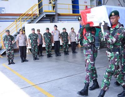 Panglima TNI Hadiri Pengantaran Jenazah Sertu Anumerta Handoko di Timika