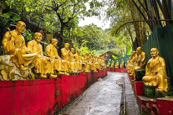 วัดพระหมื่นองค์ (Ten Thousand Buddhas Monastery) @ www.robertharding.com