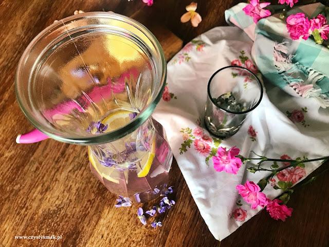 Orzeźwiający kwiatowy napój