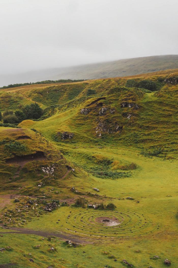 Promenade dans le Fairy Glen sur l'île de Skye en Ecosse