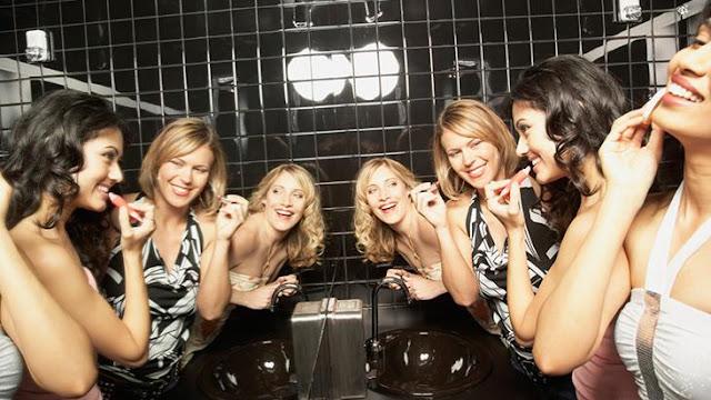 Homens e mulheres nos banheiros