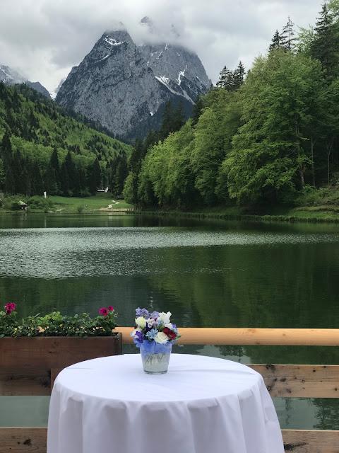 Hochzeitsempfang, Rot Liebe, Blau Treue, Weiß Unschuld, Farbschema, Hochzeit, heiraten in Garmisch, Bayern, Deutschland, Riessersee Hotel, Hochzeitshotel, Hochzeitsplanerin Uschi Glas