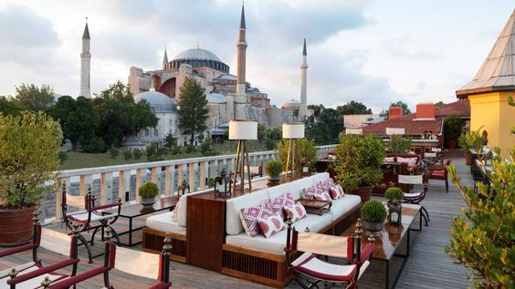 Terraza de la azotea del Four Seasons Hotel Istanbuk at Sultanahmet con vistas a la Mezquita Azul