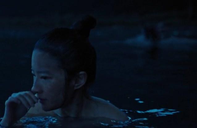Adegan Mulan mandi di danau