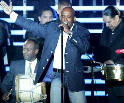 Foto de Jandy Feliz cantando en concierto