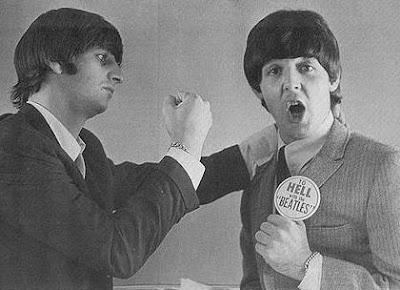 Foto de Ringo Starr posando con Paul McCartney en grises